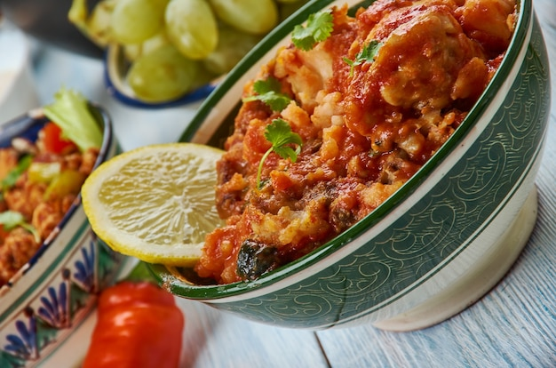 Frango dahi, curry de frango marinado com iogurte, cozinha hyderabadi, pratos variados tradicionais da ásia, vista de cima.