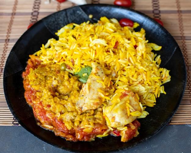 Frango de bruxa de prato de arroz de alto ângulo
