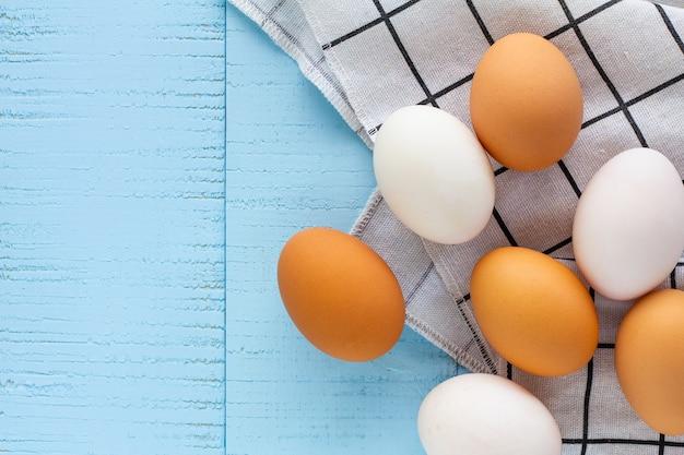 Frango e ovos de pato.