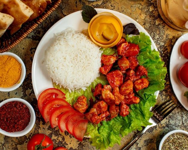 Frango em molho de tomate com arroz