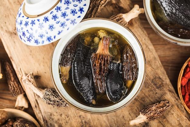 Frango estufado com cozinha chinesa morel