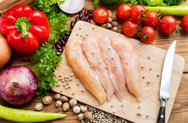 Frango fresco com salada. colorido de vegetais orgânicos frescos para cozinhar dieta e alimentos saudáveis.