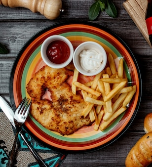 Frango frito com batata e ketchup, maionese