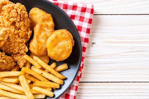 Frango frito com batata frita e pepitas refeição