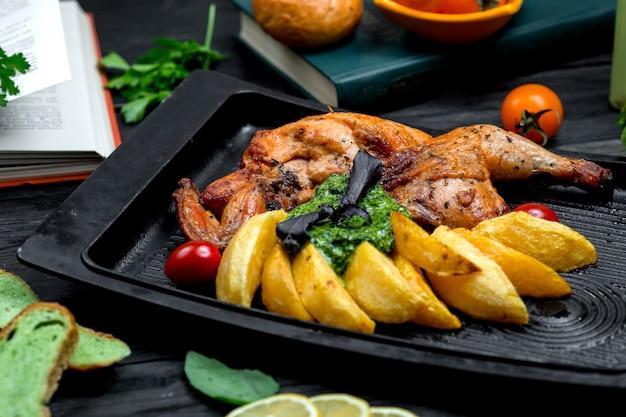 Frango frito com batatas na placa do forno
