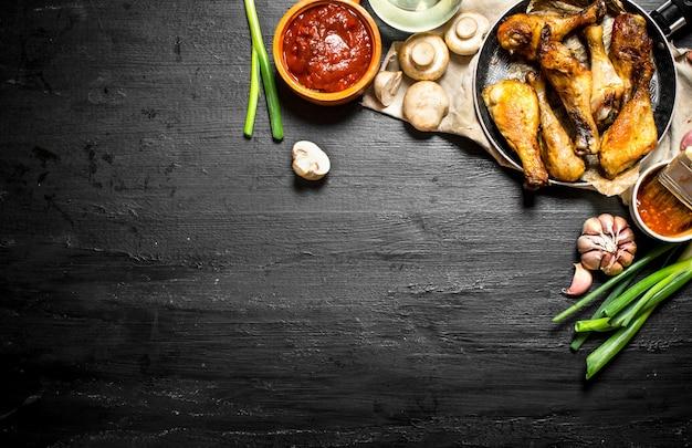 Frango frito com cogumelos, alho, cebola e molho picante