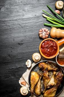 Frango frito com cogumelos, alho, cebola e molho picante.