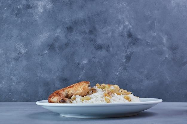 Frango frito com guarnição de arroz.