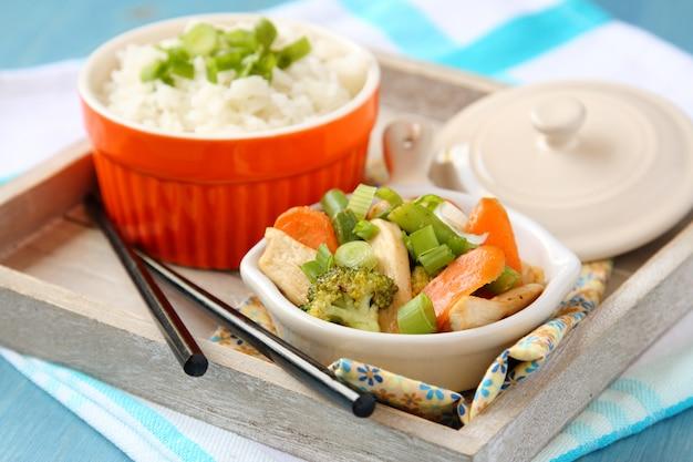 Frango frito com legumes (cenoura, cebola, brócolis, feijão verde) e arroz