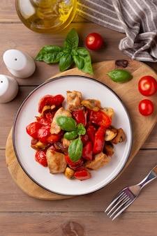 Frango frito com legumes (tomate, pimenta, cebola), cogumelos e manjericão