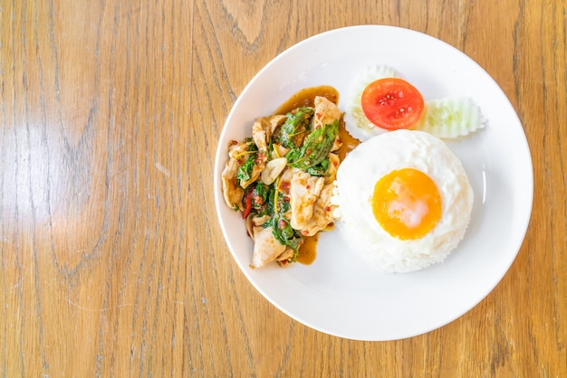 Frango frito com manjericão e ovo frito com arroz