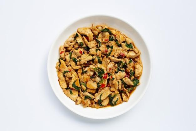 Frango frito com manjericão sagrado em branco