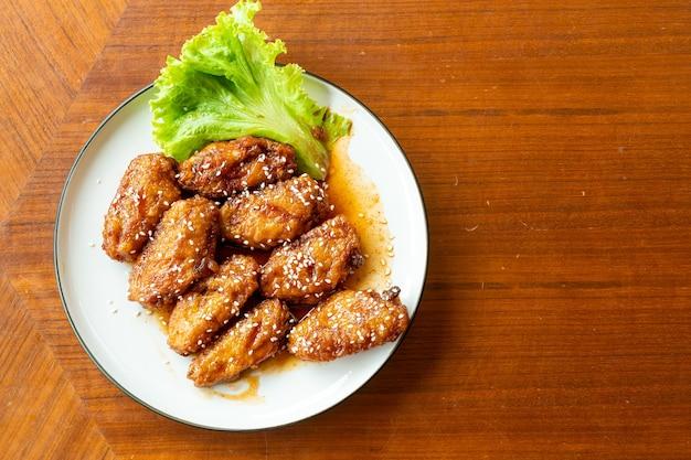 Frango frito com molho picante coreano e gergelim branco