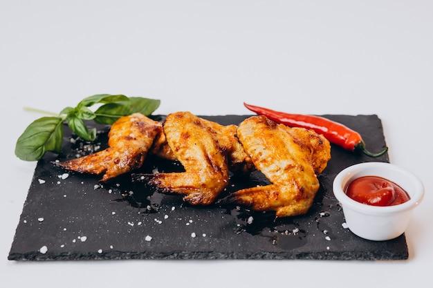 Frango frito crocante delicioso isolado na superfície branca