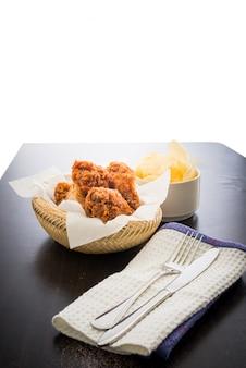 Frango frito em cima da mesa