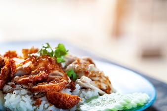 Frango frito gourmet do alimento tailandês com arroz, khao mun kai tod no fundo de madeira seletivo