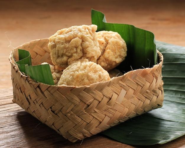 Frango frito ou almôndega de camarão (bakso goreng bandung) com molho vermelho picante
