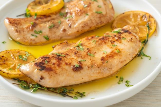 Frango grelhado com manteiga, limão e alho no prato branco
