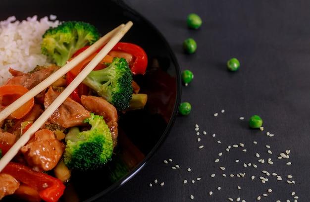 Frango grelhado com molho teriyaki na tigela de arroz coberto