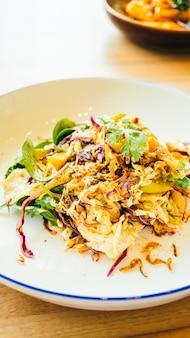 Frango grelhado com salada de legumes