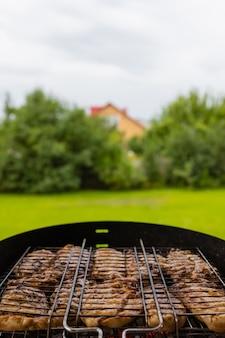 Frango grelhado marinado na grelha em chamas