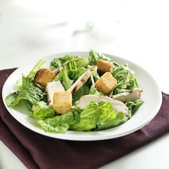 Frango grelhado na salada césar na tigela