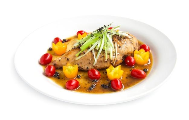 Frango grelhado ou bife de frango com molho de pimenta-do-reino na fatia de alho-poró e gergelim
