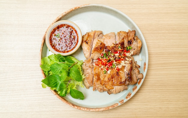 Frango grelhado saboroso com pimenta e alho no prato