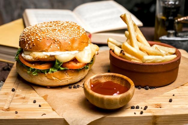 Frango hambúrguer batatas fritas alface tomate queijo ketchup vista lateral