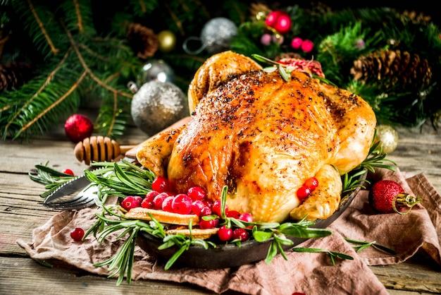 Frango inteiro assado com decoração de natal