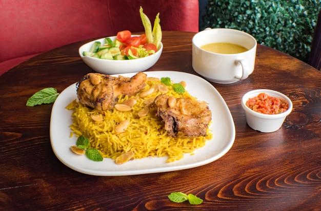 Frango kabsa caseiro arábico arábico frango mandi
