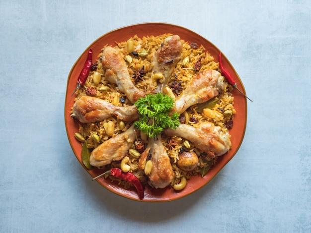 Frango makbous al-thahera, comida tradicional na região da arábia.