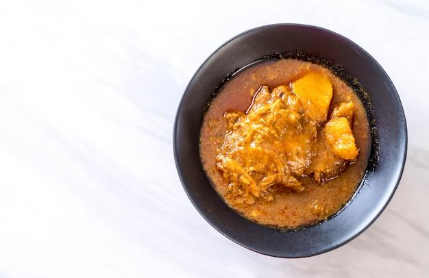 Frango massaman curry colar com macarrão
