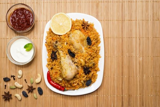 Frango picante delicioso biryani em tigela branca, comida indiana ou paquistanesa.