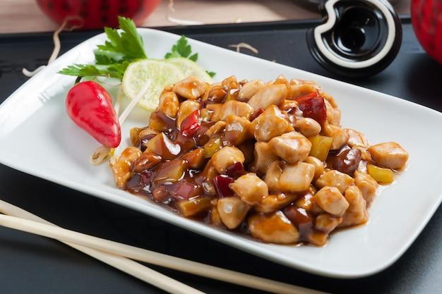 Frango saboroso da culinária tradicional chinesa com amendoim kung pao