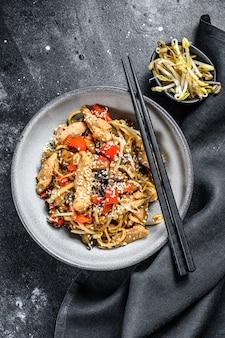 Frango salteado wok udon macarrão