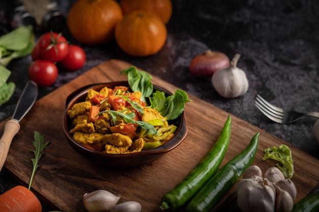 Frango stir fried chili junto com pimentão, tomate e cenoura