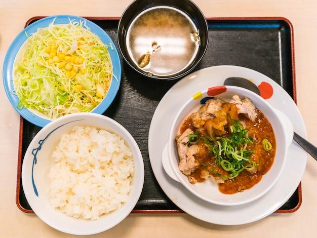 Frango temperado com molho de kimchi