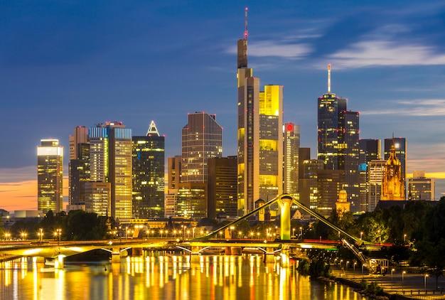Frankfurt arranha-céu alemanha crepúsculo