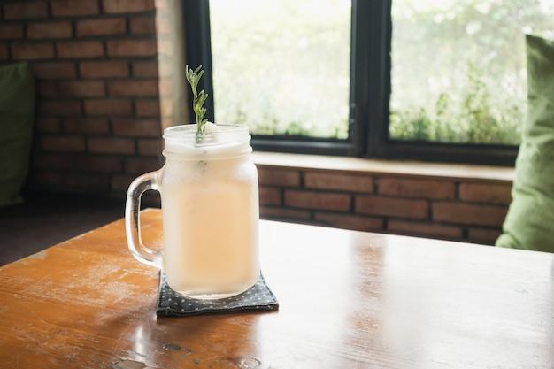 Frapê de água de coco com folha de alecrim na mesa do restaurante
