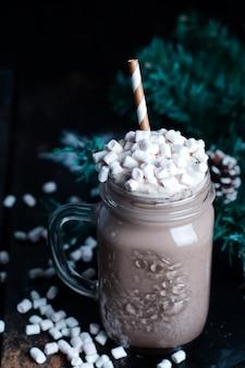 Frapuccino com chantilly e calda de chocolate