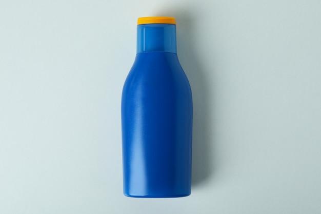 Frasco azul em branco de protetor solar em fundo branco isolado