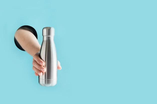 Frasco azul reutilizável com palha de metal para bebidas de verão. uso individual.