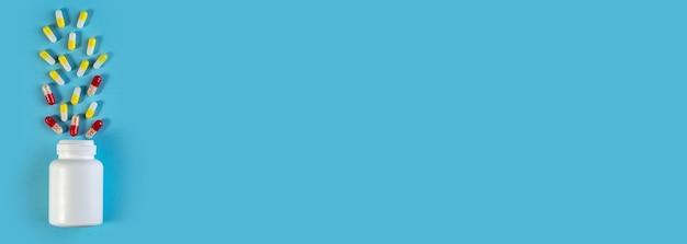 Frasco branco e diferentes medicamentos em comprimidos e ampolas. medicamento farmacêutico, cura em recipiente para a saúde. conceito de medicina. banner largo com espaço para texto. estilo minimalista moderno
