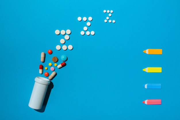 Frasco com diferentes tipos de pílulas para dormir com espaço livre para o texto de uma receita de tratamento