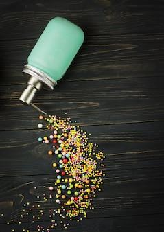 Frasco com dispensador de bomba de ar cheio de sabonete líquido em um fundo preto. sabonete líquido em cima da mesa. frasco azul com dispensador metálico em preto