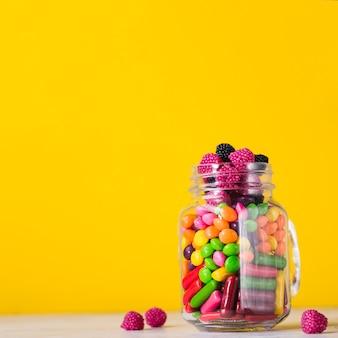Frasco com doces coloridos