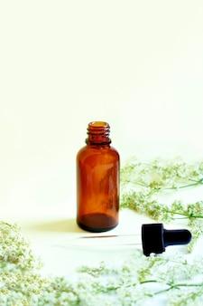 Frasco com pipeta. sobre fundo branco. conceito de cosméticos naturais e ingredientes.