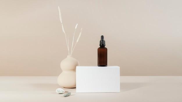 Frasco conta-gotas de vidro marrom com uma maquete de produto de caixa branca