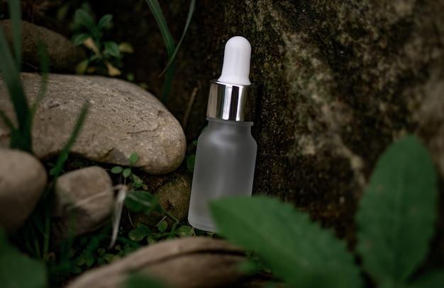 Frasco cosmético branco com pipeta em fundo natural